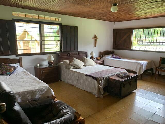 Habitación 1: una cama doble y dos camas sencillas. Baño privado.