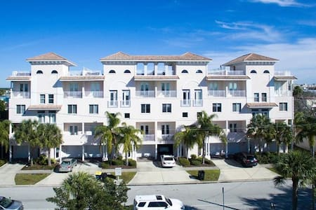 Luxurious, Family Beach Condo w/ Rooftop Terrace - Clearwater