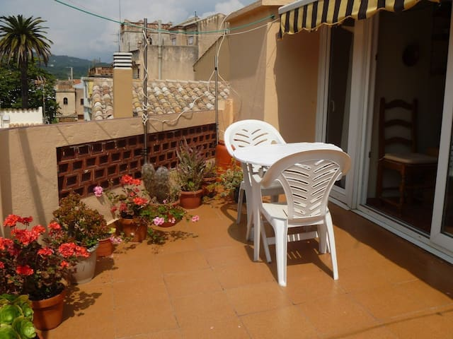 Centre of the village. 4th floor without elevator. One bedroom with two singles beds. Equi - Sant Feliu de Guíxols - Leilighet