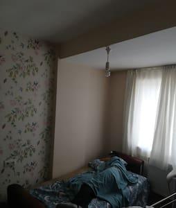 Sakın ve huzurlu dairemdeki bir odayı paylaşıyorum