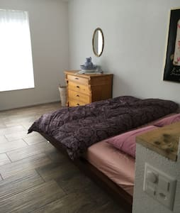 (Room #1) Möbliertes Zimmer mit eigenem Badezimmer
