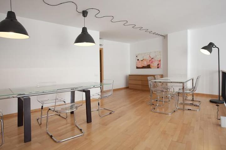 Large and comfortable 2-level flat near Park Guell