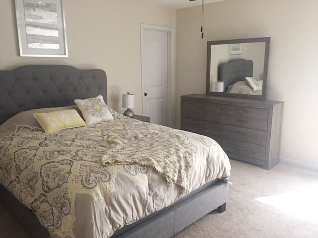 Private Queen Suite, TV, Bath and Workspace. - Grovetown - Huis