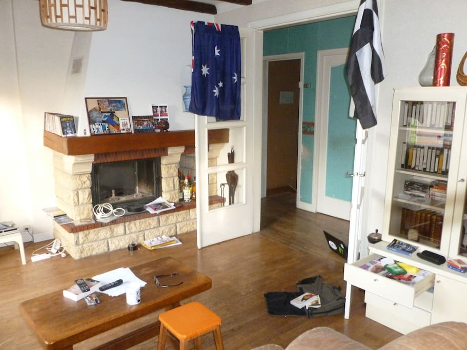 A nice living room, with TV, guitare, Hi-FI, posters, DVD 2