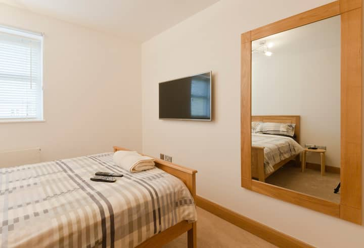 Luxury Double Room + Private Bath,Modern Apartment