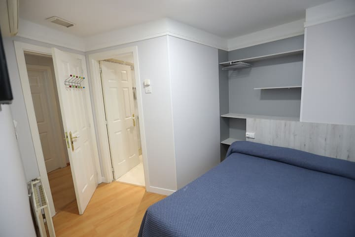 Habitación con baño y cama doble cerca del centro