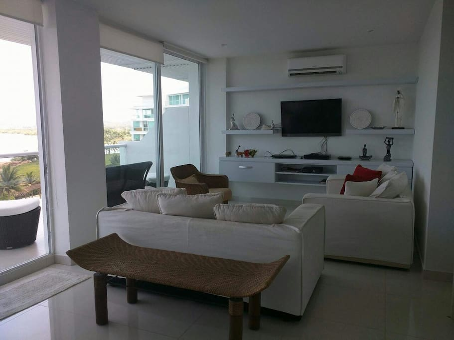 Sala con balcón grande con vista al mar y campo de golf