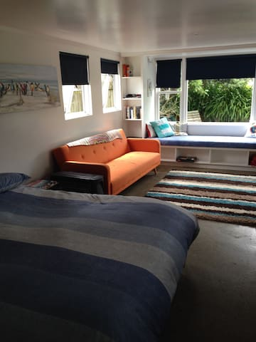 Right on Waikanae beach hide away. - Waikanae - Chalet