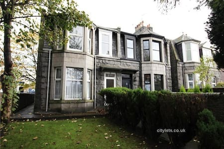 Large, traditional 5 double bed house and garden - Aberdeen