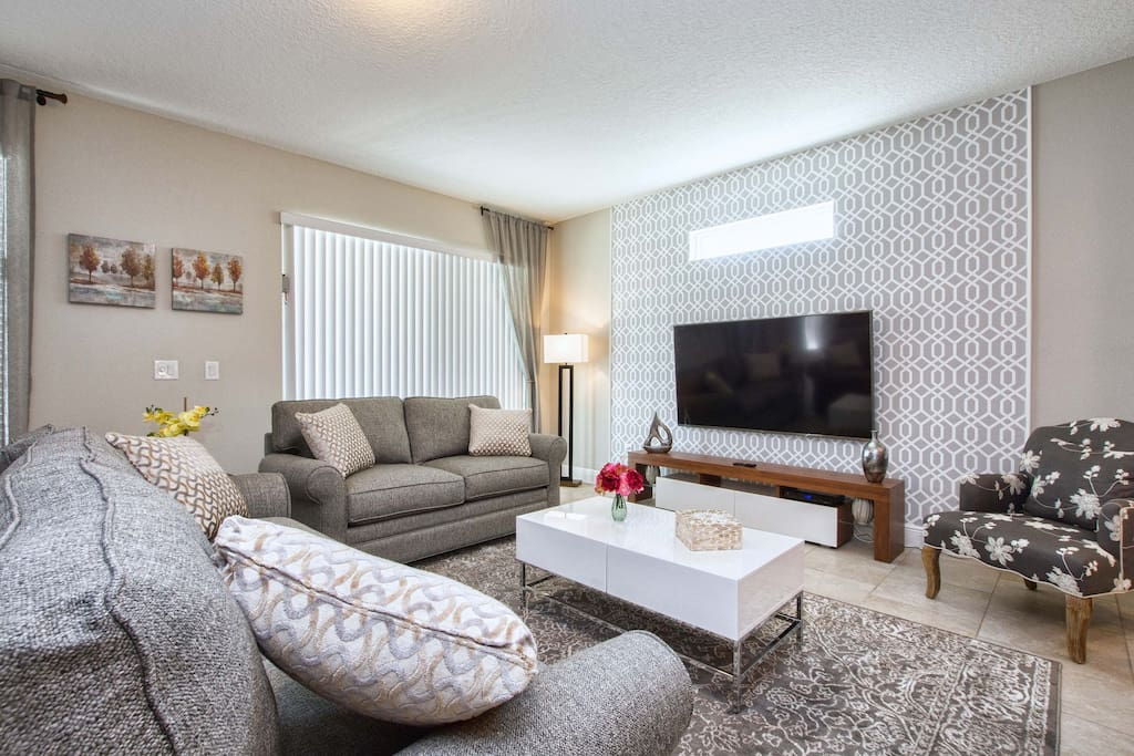 Family room with 70'cable TV, wifi throughout the house, and telephone available for calls in the United States.