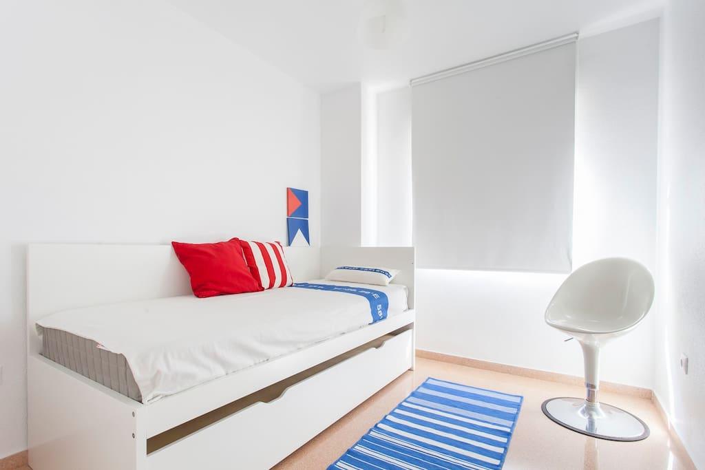 La habitación con espacio para el día y dos camas en la noche!