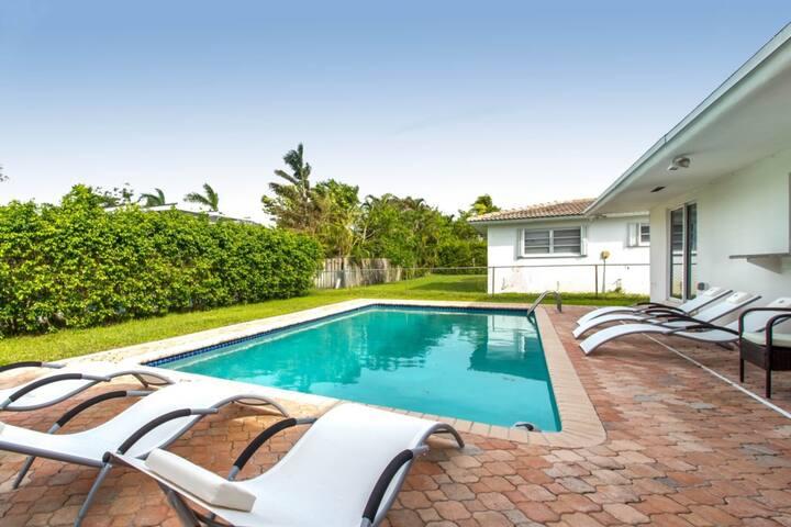 Casablanca Luxury Home Sleeps 10 - 5BR 3BTH