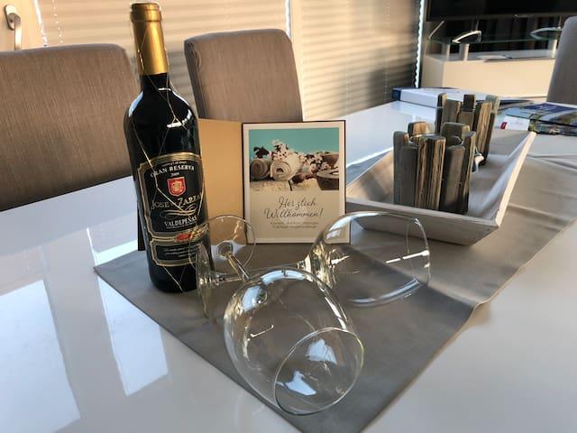 Das Willkommens Geschenk von mir. Zum Wohl. Achtung die Weinsorten können vom Bild abweichen.