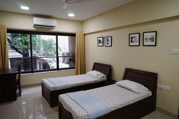 Elegant, Large Private Room for 2, Ensuite, Khar W