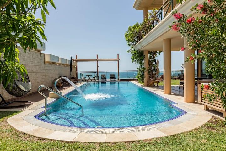 Villa Albella con vista al mar, Wi-Fi, jardín, terrazas, piscina, sauna, jacuzzi y gimnasio; aparcamiento disponible