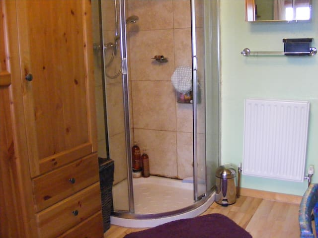 Double en-suite  room. Huge discounts - Guiseley - Дом