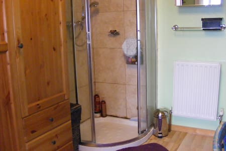 Double en-suite  room. Huge discounts - Guiseley - Haus