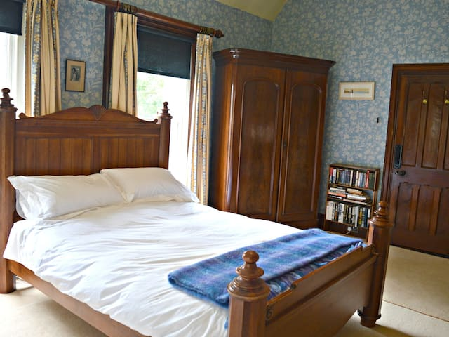 Kiltariff Hall Country House-The Blue Room