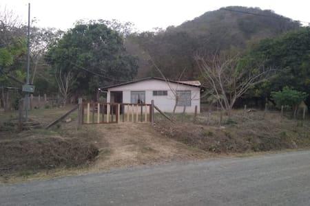 Casa humilde al pie de la montaña