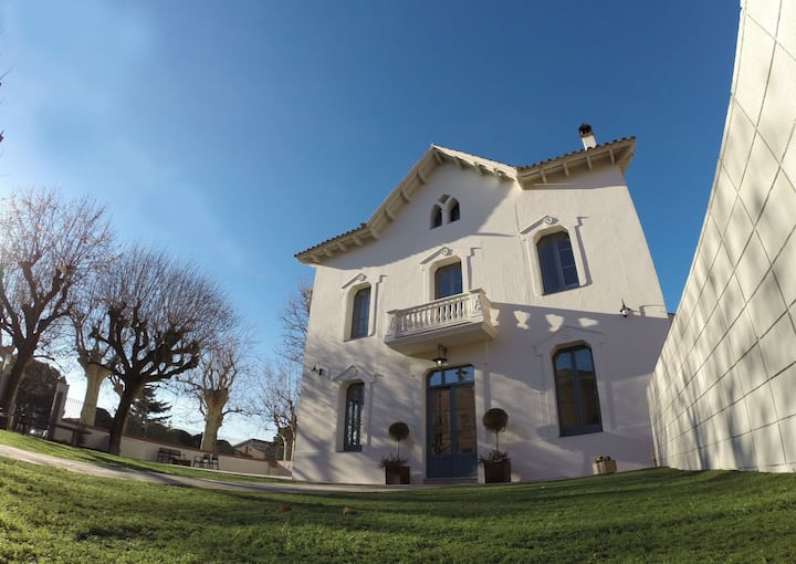 Recently renovated elegant villa with pool (BCN)