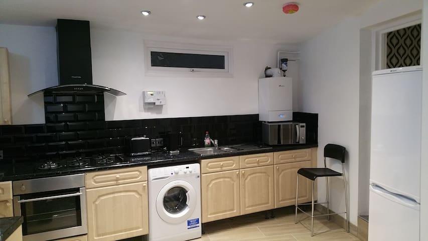 Cosy En-suite Private Room by Swindon City Centre