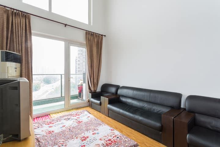 Loft + 靠近地铁口, 温馨,安静,舒适的小窝(客厅-沙发床-无门)