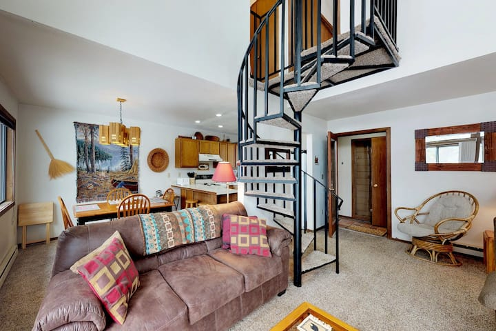 Cozy condo w/ deck, wood fireplace - easy access to golf and the slopes!
