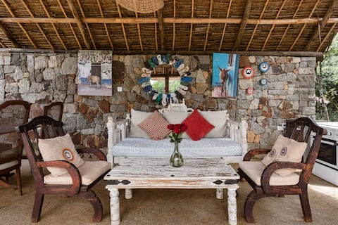Barevná chata poblíž žirafy a sloní centra
