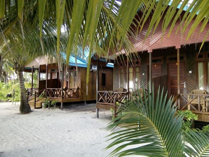 BEACHFRONT COTTAGE in Maratua PRIVATE BEACH