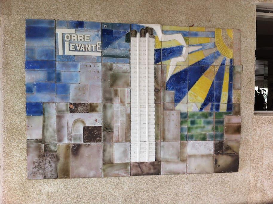Mosaico en la entrada del edificio