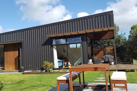 Kauri Tree Retreat. Close to beach, surf, coffee.