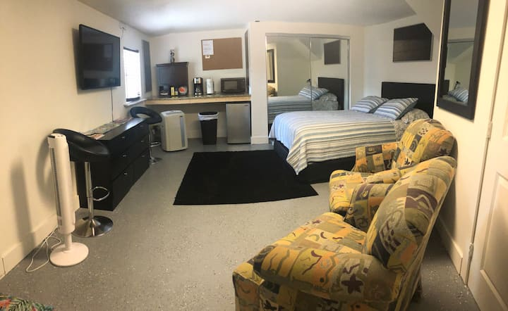 Lake osborne Nice and private studio with private entrance. Nice back yard with pool. Walk to the lake osborne, 5 minutes from downtown lakeworth, 10 minutes to the beach and just 2 min from the expressway I-95. Supermarket and restaurants very close