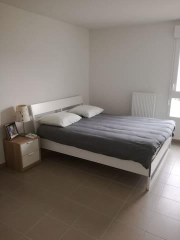 Grande chambre dans résidence privée et sécurisée
