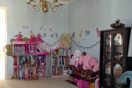 Little kids' heaven with great backyard - Houston - Ev