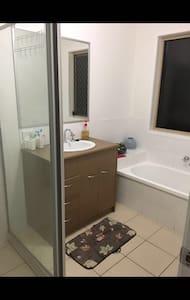 Total comfortable 2 new bedroom - Berrinba - 独立屋
