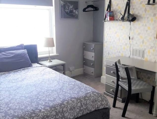 Stylish Room for Female Guest in Lovely Home, SA6