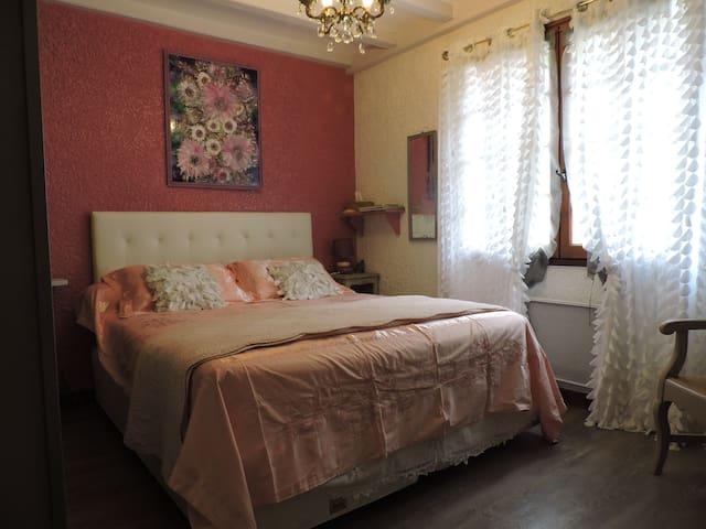 Chambre claire et intime avec grand lit en 160
