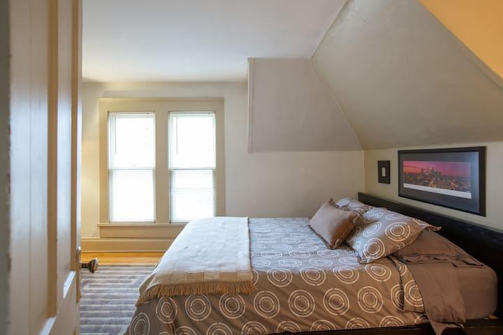 Very comfortable memory foam queen size bed