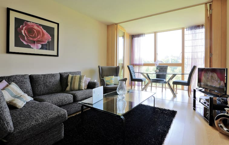 Sunny large 2 Bedroom Apt, with golf course views.
