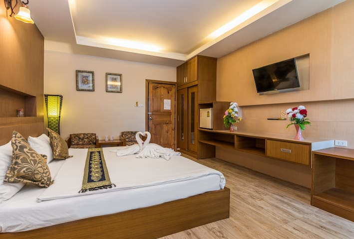 Private room with emperor bed, bathroom, free WiFi