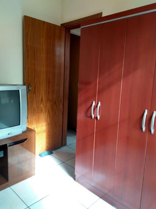 guarda roupa 6,portas uma tv.