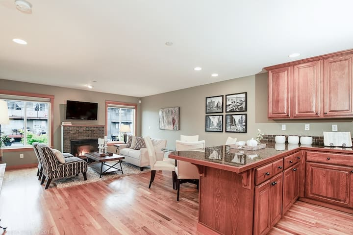 Seattle Vacation Home: Ballard Townhome - Impeccably finished 2 bedroom/2.5 bath
