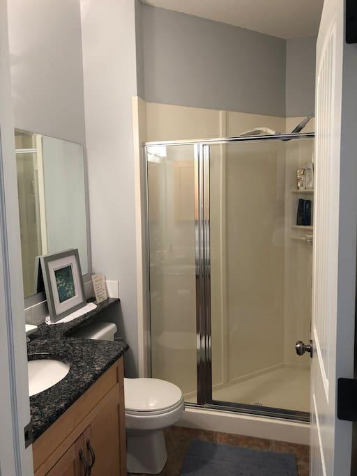 Main level 3 piece washroom with granite countertops