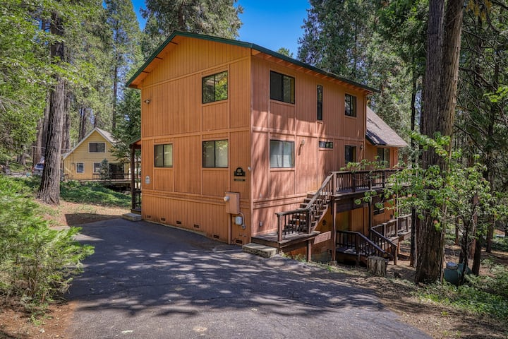 Modern mountain charm w/gas grill, pool table, foosball and private sauna!