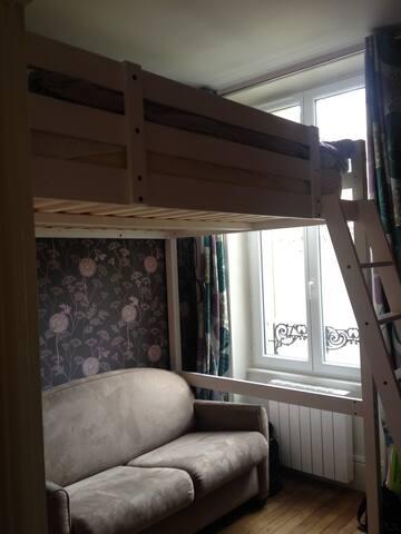 Petite chambre côté jardin  avec maintenant  un seul couchage : un lit confortable de 120cm de large (photo à changer)