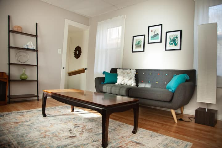 Welcome Home Cozy MCM Downtown Troy Garden Apt.