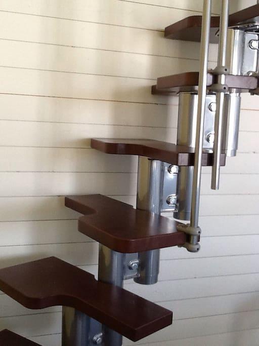 Trappa som leder till loftet med TV rum och sovrum