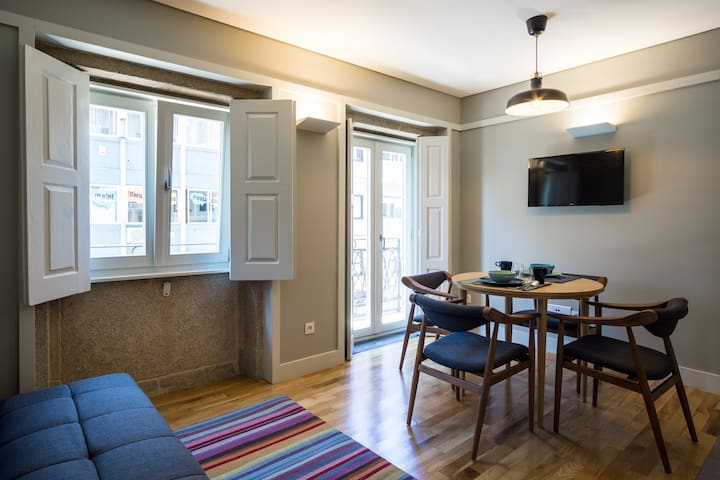 Modern 1 Bedroom APT in downtown with Balcony