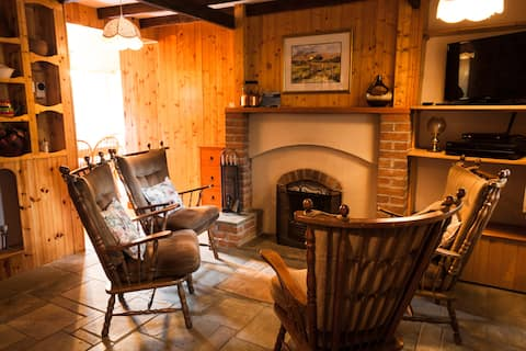 Central Cottage with views near Pub (Dog Friendly)