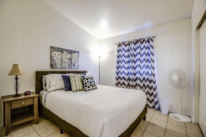 Comfy Queen Bed! Beautiful! Clean! Near Stadium!